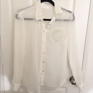 💥Gorgeous flowy button up top with stud details💥